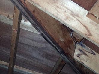 小屋裏の雨水浸入跡