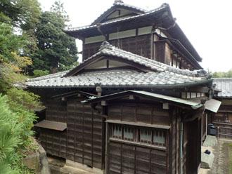 入母屋屋根の立派な建物
