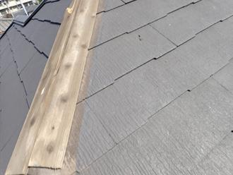 雨水を吸って変色した貫板