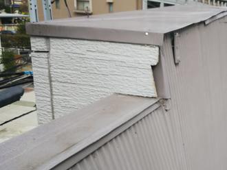 板金に覆われていない外壁の端部