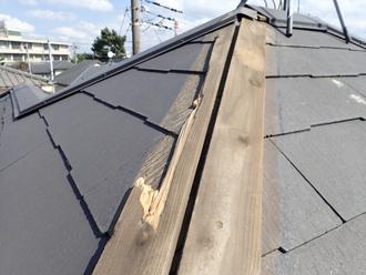 棟板金が剥がされた際、割れた貫板
