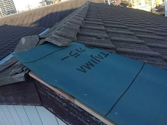 防水紙を棟瓦の下に収める