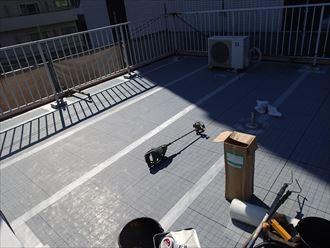 豊島区巣鴨にて三階建てビル屋上で通気緩衝工法による防水工事を施工中
