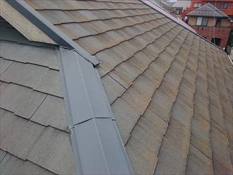 多摩市諏訪でヒビ割れたコロニアルNEOをガルバリウム鋼板で屋根カバー工事します