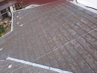 スレート葺きの屋根は大分劣化しています