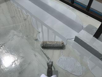 豊島区巣鴨で陸屋根にウレタン塗膜防水工事を実施中、二層目を流しました