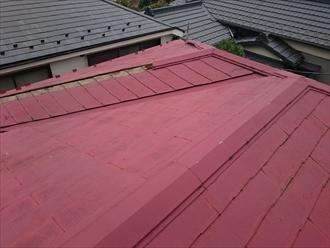 スレート葺き屋根の棟が飛んでいます