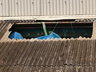 八王子市石川町で台風で割れた工場の小波スレートを葺き替えます