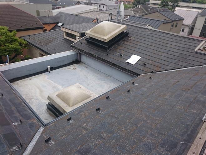 マンションの屋根にはスレートが葺いてあります