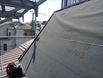 文京区本駒込にて斜壁屋根をガルバリウム鋼板屋根材ヒランビーで葺き替え工事中