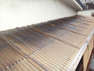 板橋区仲宿でバタバタと音のするベランダ波板庇屋根の調査、原因は風災?