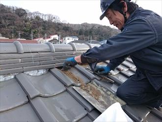 八王子市下恩方町で剥がれた棟瓦の漆喰(しっくい)を詰め直し工事で直します