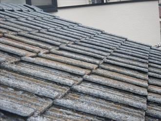 雨漏りしているセメント瓦葺きの屋根