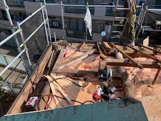 屋根を剥がすと腐食した下地が見えます