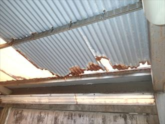 穴の開いたガレージ屋根