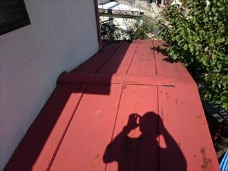 トタン葺き屋根の一部を直します