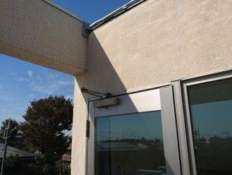 棟板金のすぐ下はドア