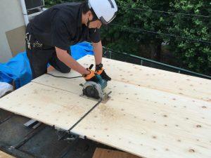野地板に増し張りするコンパネの調整作業