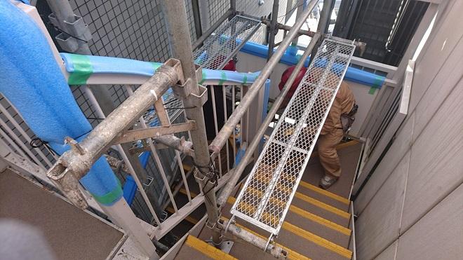 階段に設置された足場