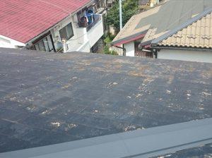 広範囲で塗膜が剥がれたスレート屋根