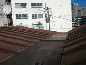 錆びたM型屋根の全景