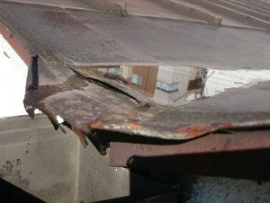 錆のため変形したM型屋根の排水部