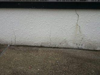 外壁にもクラックや剥がれそうな塗膜