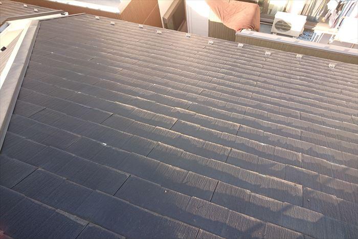 屋根の端が少しずつめくれ始まっています