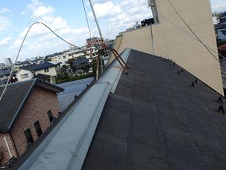 棟板金が剥がれたスレート屋根