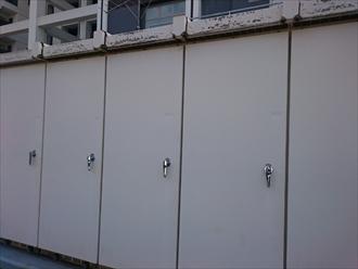 キュービクルの扉も一緒に塗装します