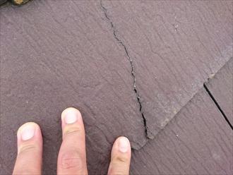 小平市学園西町でヒビ割れだらけの化粧スレートを、ガルバリウム鋼板で屋根カバー工事します