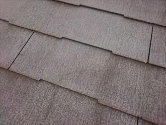 ヒビ割れが屋根全体に出ています
