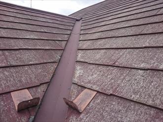 雹がぶつかって被害を受けたスレート葺きの屋根