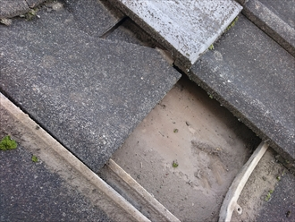 下地の防水紙が劣化して雨漏りしています