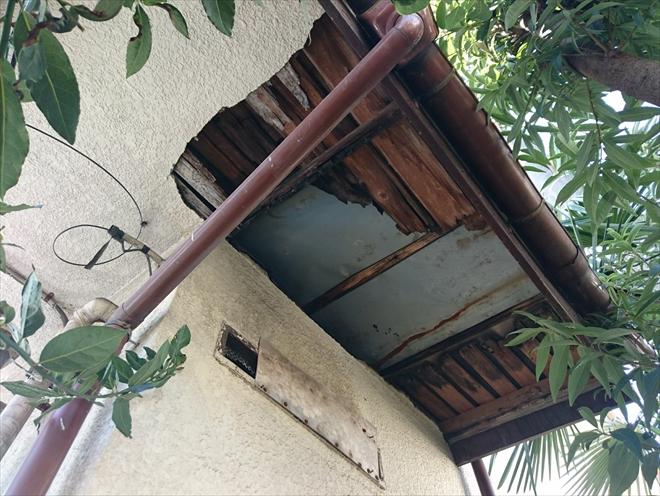 屋根からの雨漏りによって下地から腐食した軒天