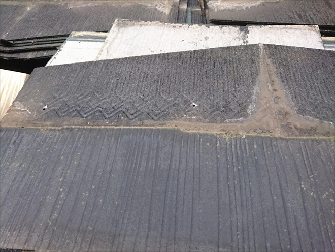 重なりに土が詰まっていて雨水が溜まった跡があります
