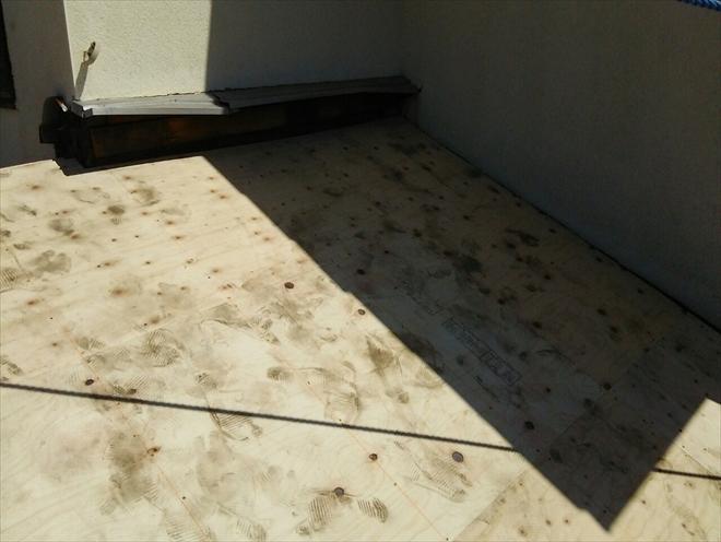 新しい屋根下地の野地板を張ります