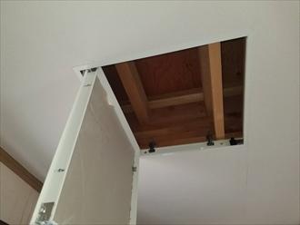 点検口を設置して天井裏を確認します