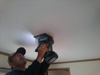 雨漏りしている部屋の天井に点検口を設置します