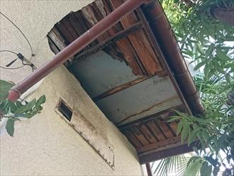 屋根からの雨漏りで軒天のモルタルが落ちています