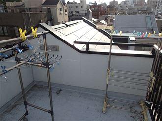 屋上テラス越しの屋根