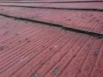 スレートの重なりが塗料で埋まっています