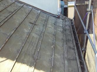 セメント瓦の下の防水紙は大分劣化しています