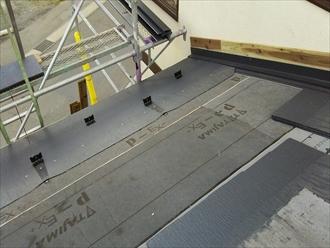 ルーフィングを葺いたら軒先から屋根を葺きます