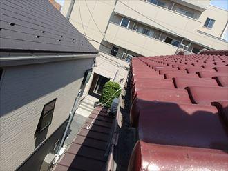屋根から見た大屋根雨どいゆがみ