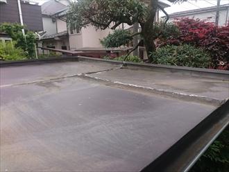 屋根のトタンに雨水が溜まっています