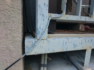 塗装してある鉄骨製のバルコニーも被害を受けています