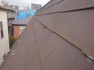 コケが付着した急勾配のスレート屋根