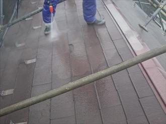 スレートの表面にこびり付いた汚れを洗い流します