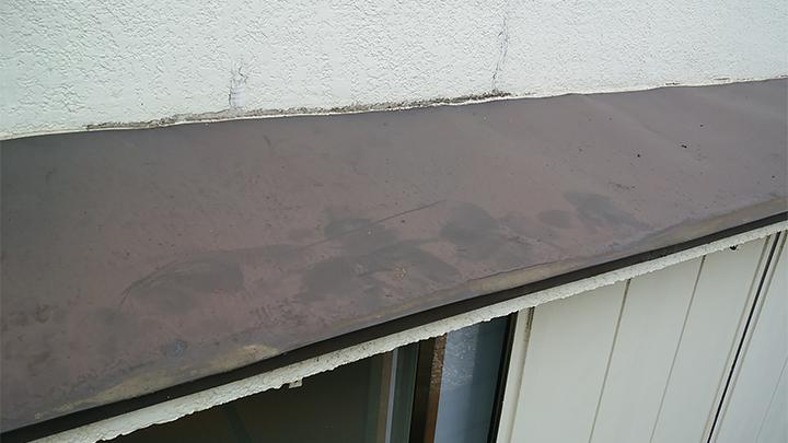 庇と外壁の取り合い部に染みとクラック